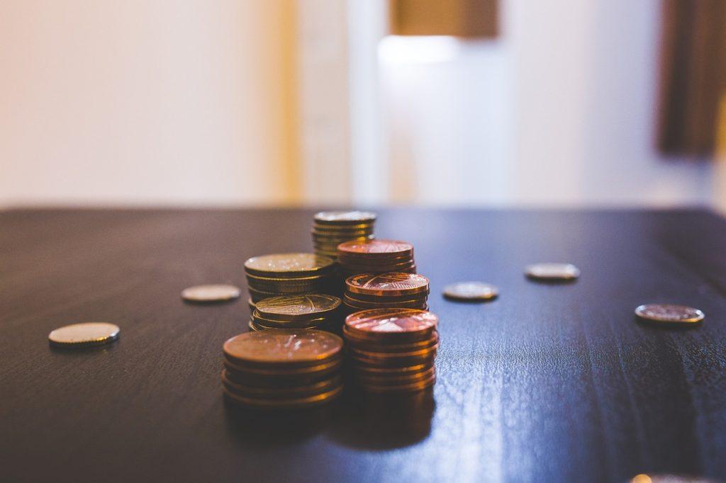 Il y a plusieurs années, j'étais tombé sur un article de Steve Pavlina qui proposait de jouer à manifester de l'argent.  Il racontait comment il se promenait dans la rue avec sa fille et ramassait des pièces de monnaie qu'il trouvait parterre.